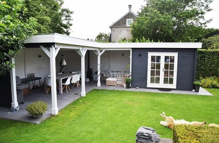 veranda met overkapping en tuinhuis