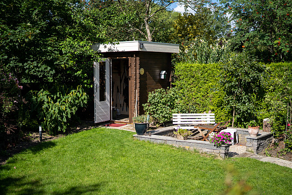 Verscholen tuinhuis tussen het groen