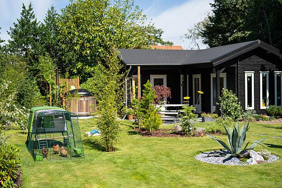 Natuurrijke tuin met klassieke blokhut